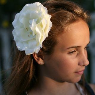 Заколка белая роза Gigis Apparel.
