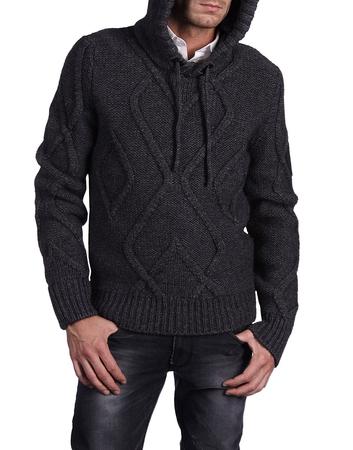 Рвитер для мужчин связан спицами 7 и 8. Мужской свитер спицами схема.