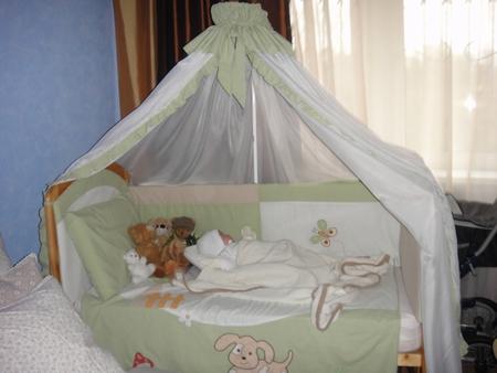 ...двух племяшек погодок.  Наша обычная кроватка.