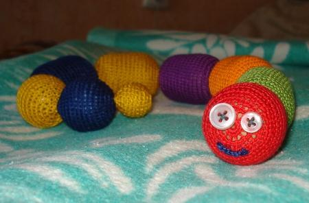 За основу взяты яйца от киндеров и шарики от старых погремушек.